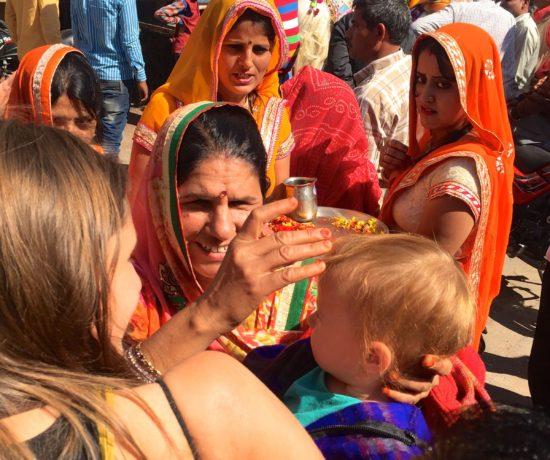 Mutter mit Kind auf Hochzeitsfeier in Pushkar