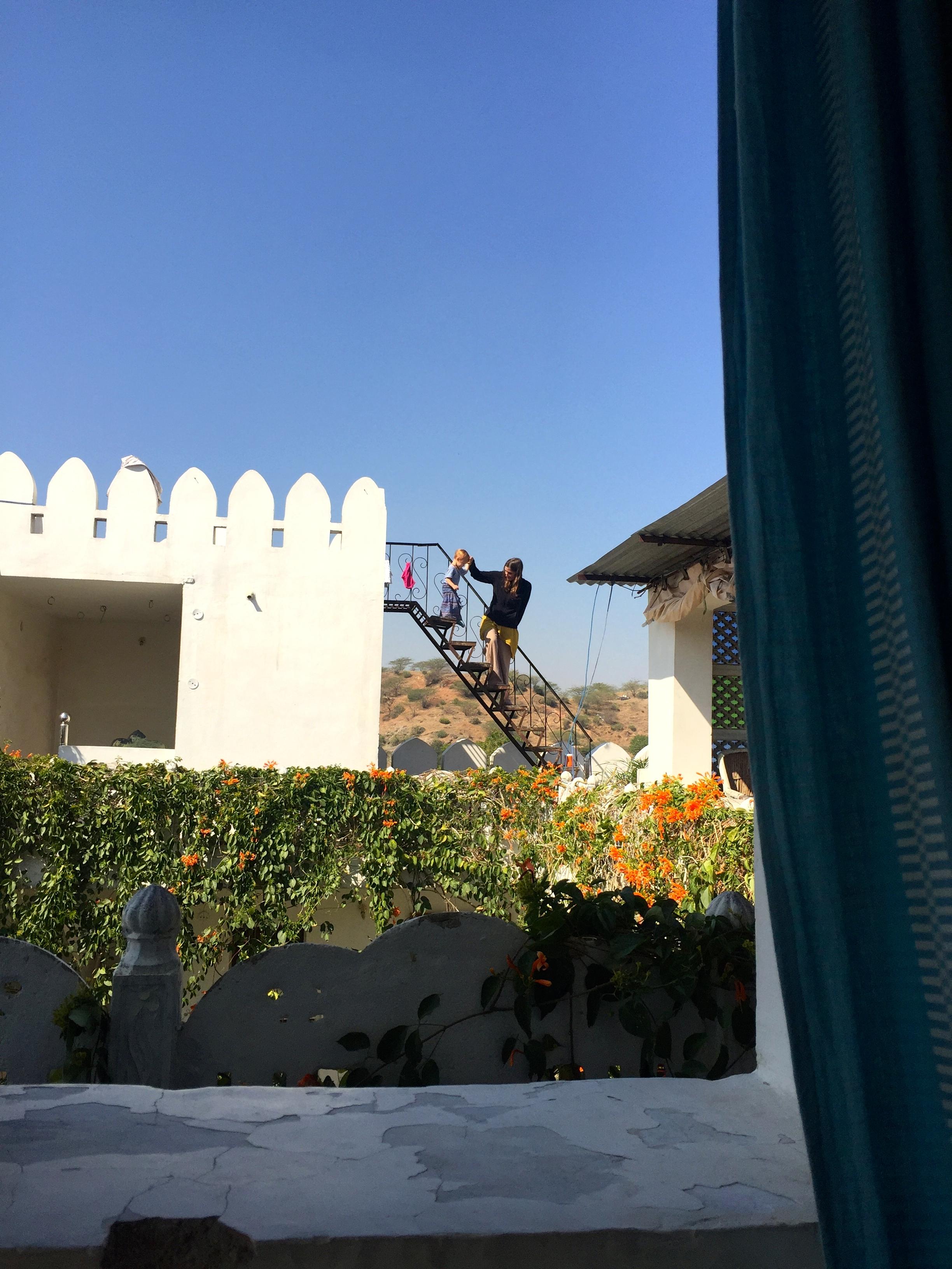 Hotel in Pushkar und Kind mit Mutter auf einer Leiter