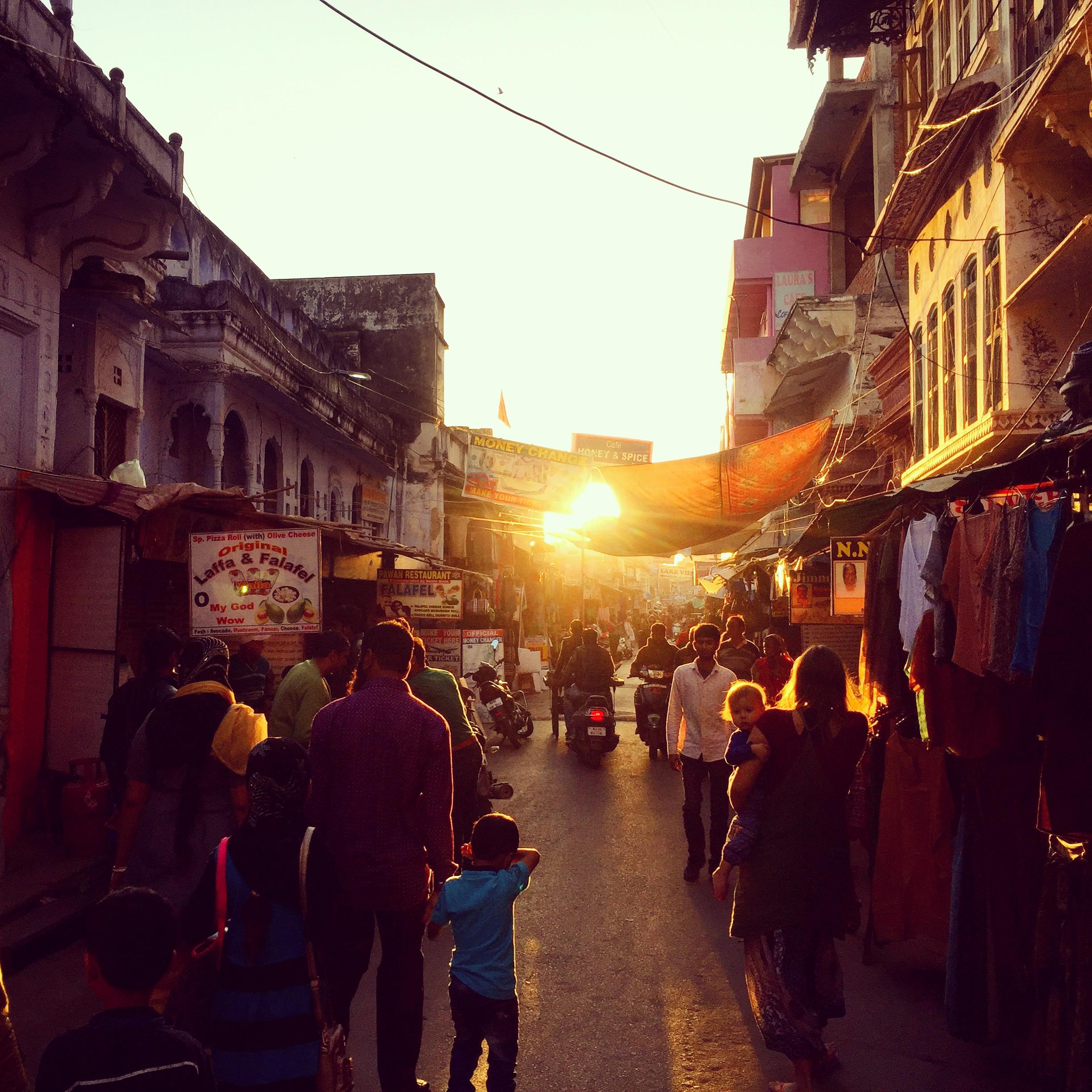Rajastan und Pushkar erinnern an Mittelerde - wildes Land, seltsame Namen und glühende Sonnenuntergänge vor alten Gebäuden.