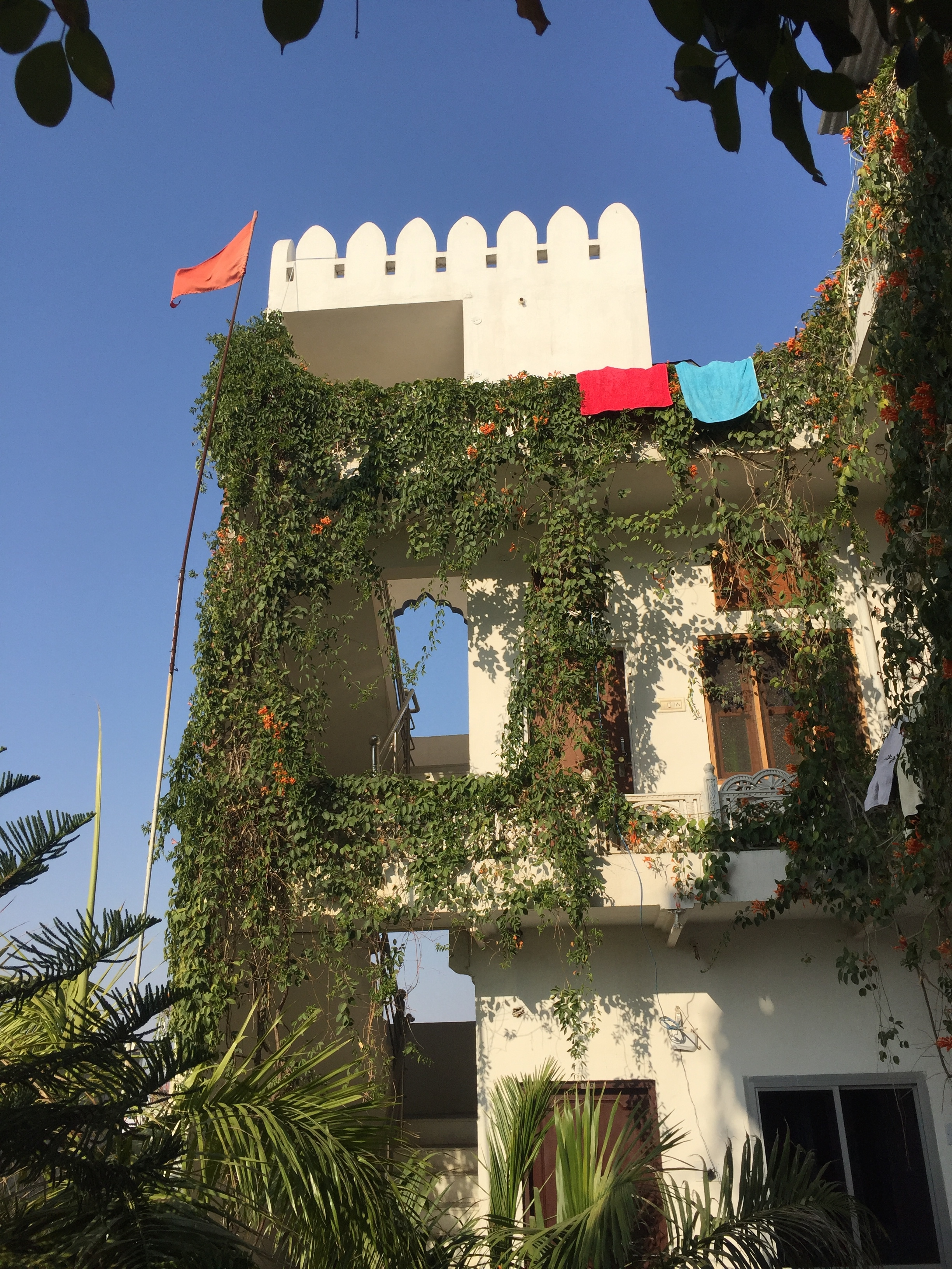 Hotelfassade vor blauem Himmel in Pushkar