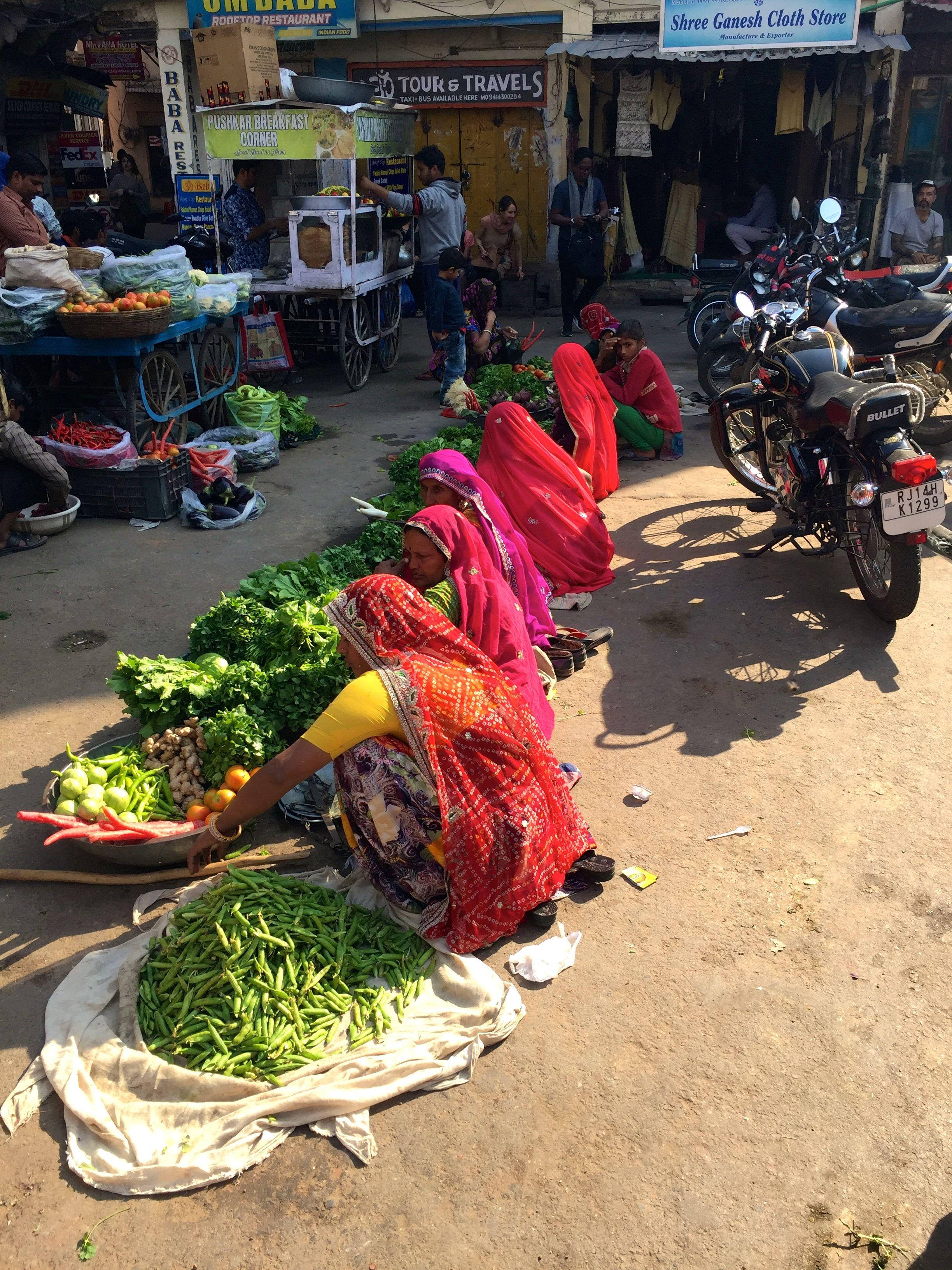 Markfrauen auf der Main Market Road in Pushkar