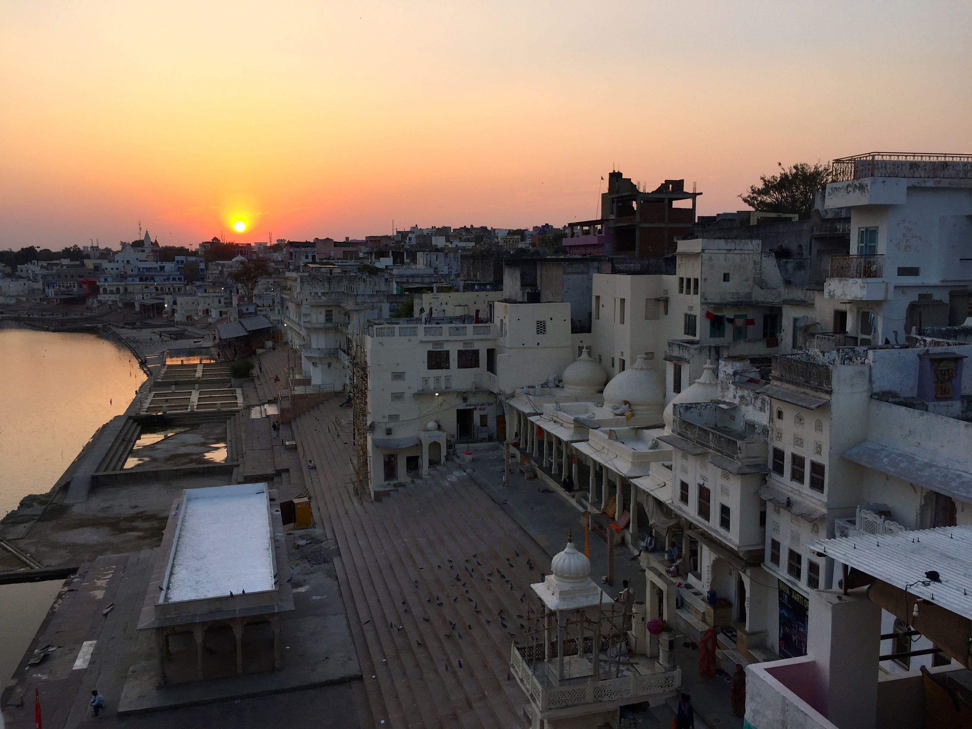 Blick auf den heiligen See in Pushkar im Abendlicht von der Dachterrasse des U-Turn-Cafés.