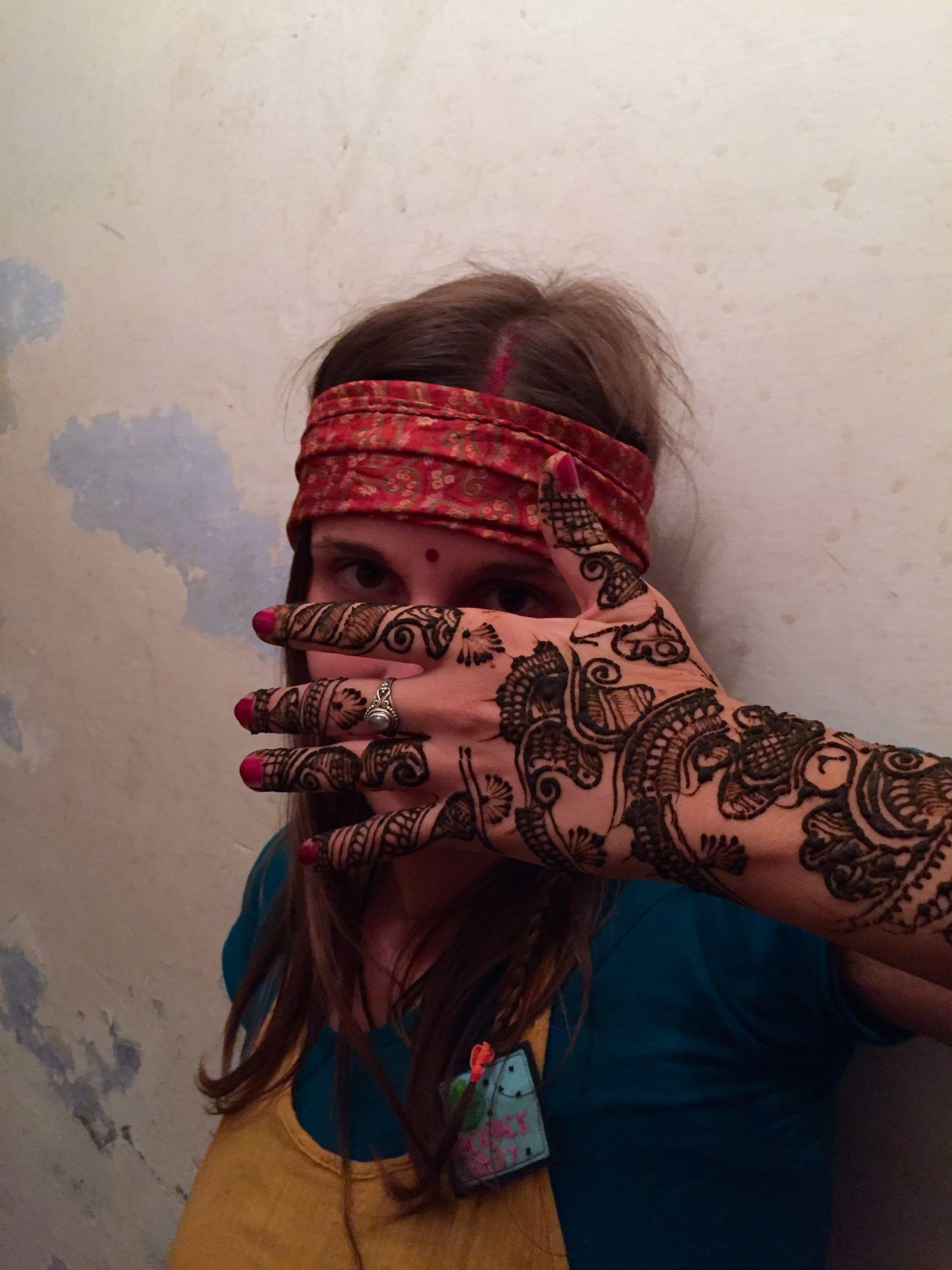 Josi mit Henna-Tattoo auf dem Arm.