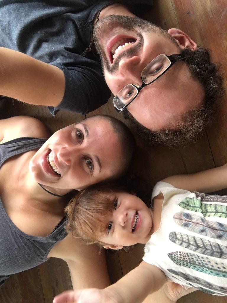 Familie auf Weltreise auf dem Boden