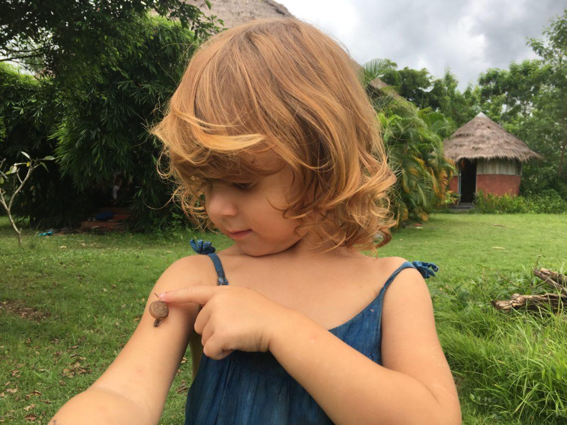 Kind mit einer Schnecke